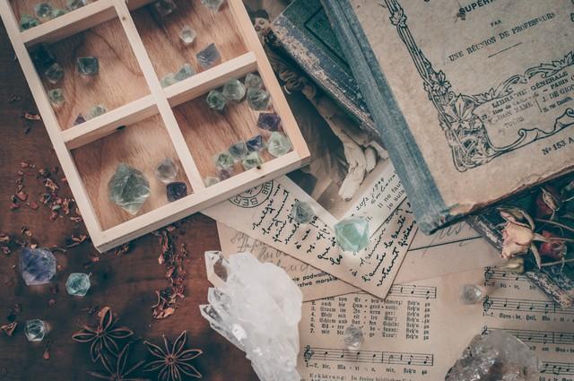 洋書と水晶が置いてある机