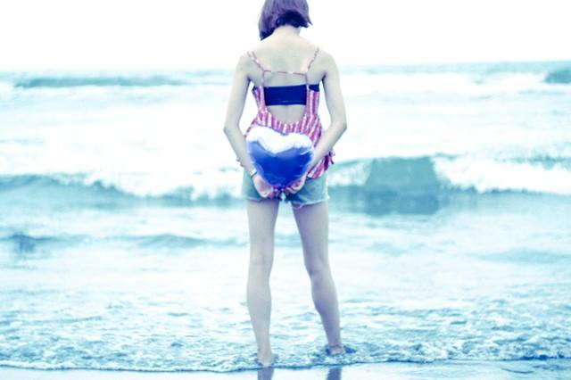 海岸で佇む女の子