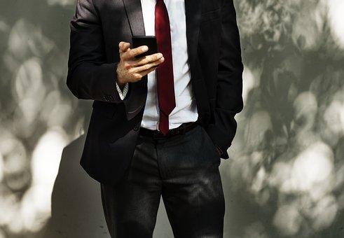 スマホを操作するスーツ姿の男性