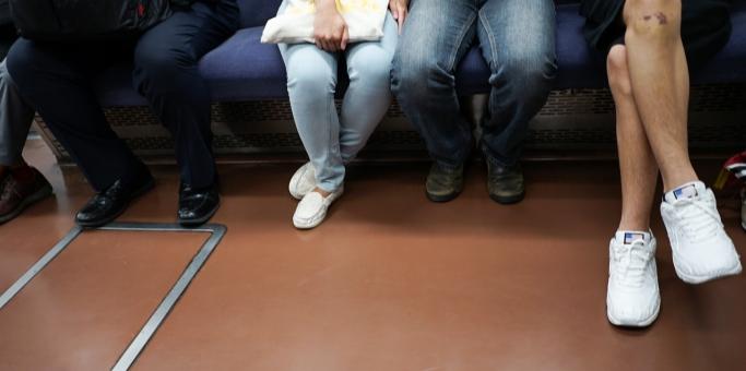 電車の席に座る男女