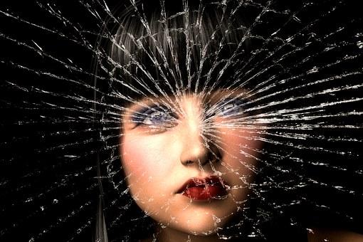 ひび割れたガラスと女性の顔