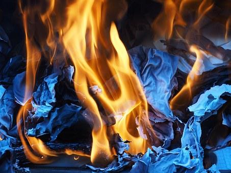 紙を燃やしている写真