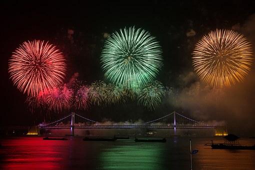 三色の大きな花火