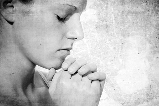 祈る女性の白黒写真