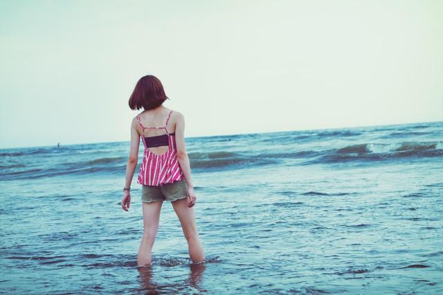 波打ち際にいる1人の女の子