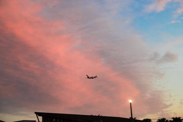 夕暮れの空と旅客機