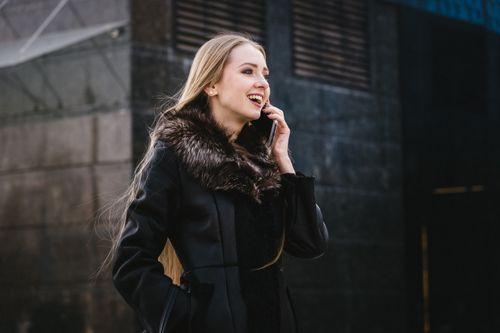 電話しながら歩く外国人女性