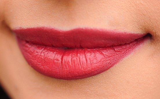 女性の唇 赤